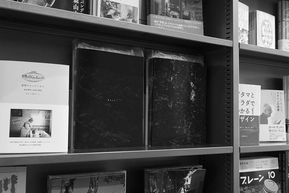 書店店頭に並ぶZINE、モノクロ